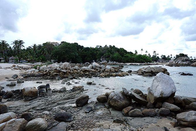 Di sisi lain, pantai Parai Tenggiri didominasi bebatuan