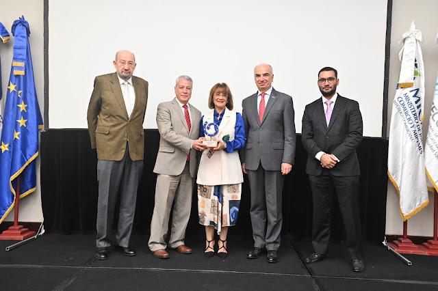 Milagros Abreu recibe el reconocimiento EPA de la mano del Ministro de Industria y Comercio
