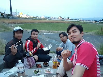 Kegiatan ngabuburit bersama teman teman di Jepang