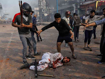 Delhi: Violent mob descends upon CAA protestors 20 km from Trump's Stay