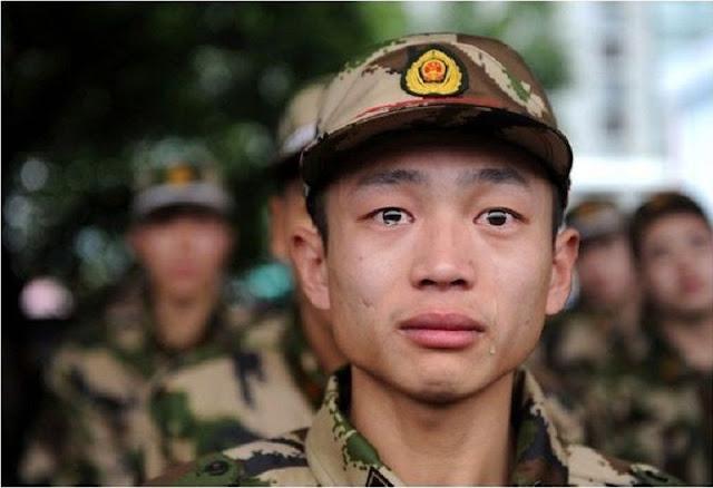 جندي يبكي، ولسان حاله يقول؛ سئمت من إصرار الكبار على الحروب التي يذهب ضحيتها نحن الشباب!