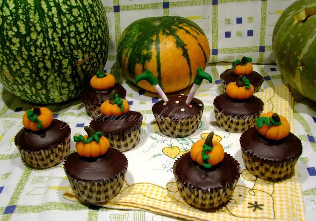 cupcakes de calabaza rellenos con cobertura de chocolate y calabaza de mazapán