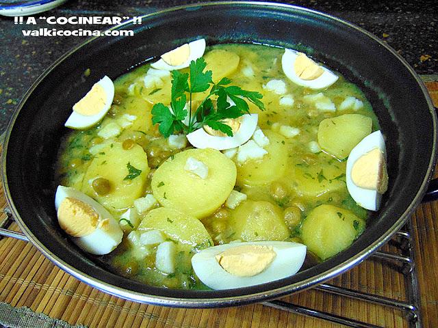 Patatas en salsa verde con guisantes y bacalao