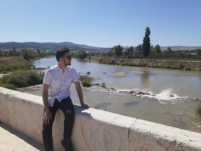 Harun İstenci Sivas'ta Tarihi Eğri Köprü üzerinde düşünüyor...