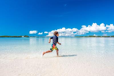 Enfant courant sur une plage des Bahamas