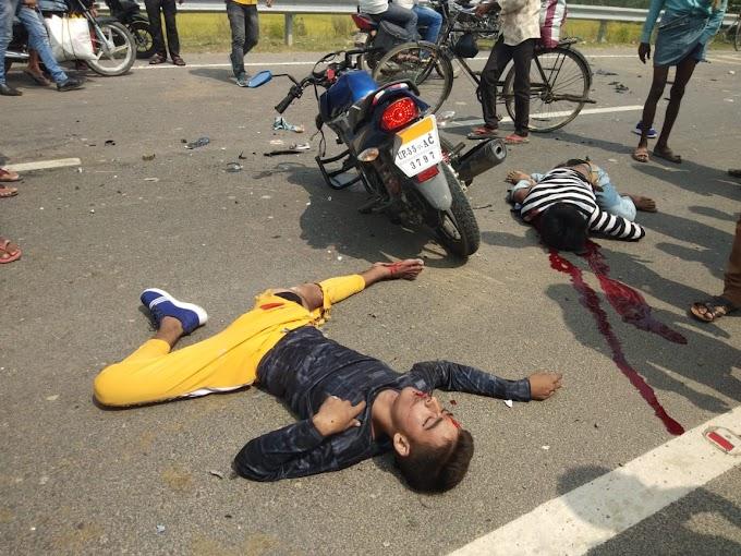 तेज रफ्तार बाइक सड़क पर पिकप गाड़ी से टकराई, दो की मौत ,एक गंभीर।