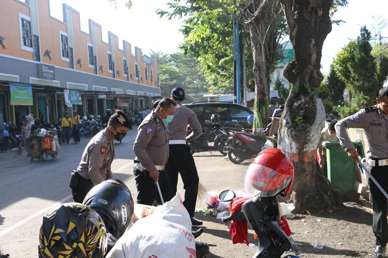 HUT Bhayangkara, Polisi Bersihkan Sampah Pasar Tumenggungan Kebumen
