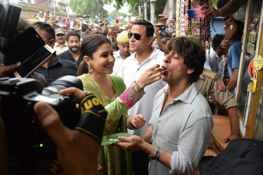 Shah Rukh Khan Relishes Banarasi Paan with Anushka Sharma