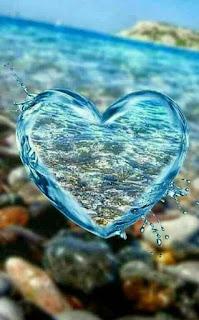 قطرة مياه على شكل قلب