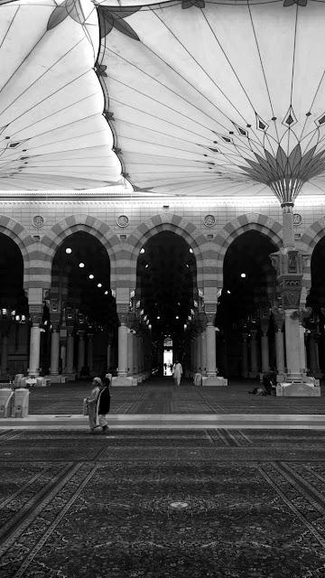 خلفية هاتف للمسجد النبوي لون الصورة أسود وأبيض