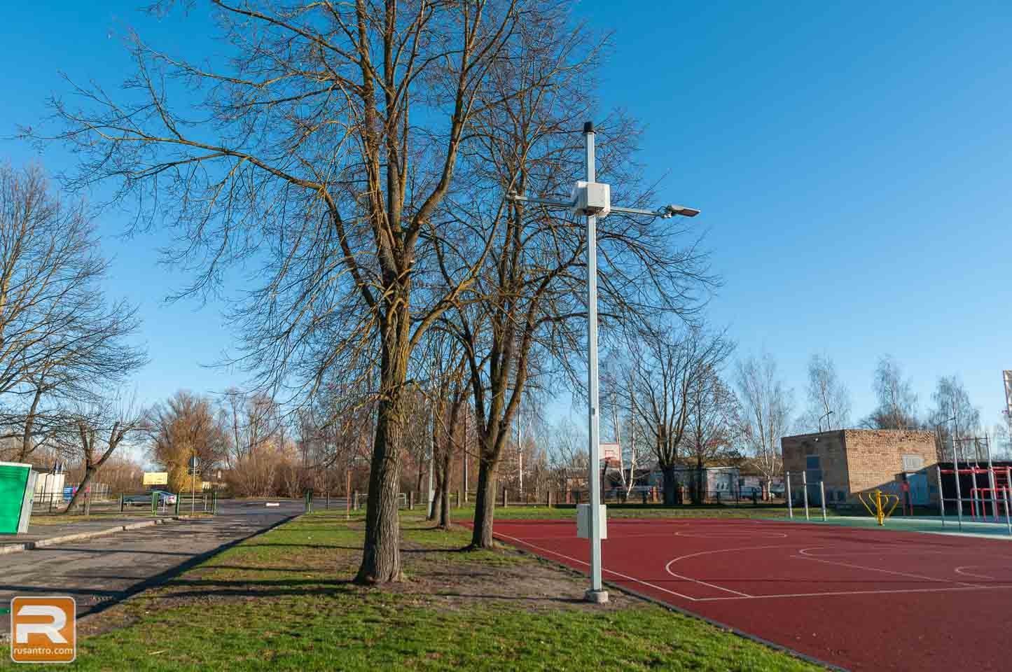 Apgaismojuma stabi sporta laukuma malā