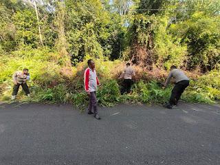 Polsek Singkep Barat Gotong Royong Bersama Masyarakat Bersihkan Jalan