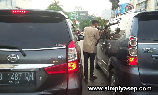 PENGAMEN : Seorang pengamen sedang beraksi di Lampu Merah simoang Imam Bonjol- Tanjung Pura Minggu (9/6). Pontiamak masih sepi hari ini. Foto Asep Haryono