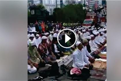 Video Massa Bela Ulama Gelar Sholat Zuhur Berjamaah Kawal Habib Rizieq