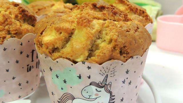 Hoy preparamos Muffins de manzana. Un desayuno o merienda que jamás defrauda y que si os interesa tener la receta, debéis quedaros conmigo y seguir leyendo:)