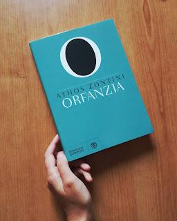Orfanzia Athos Zontini Recensione felice con un libro