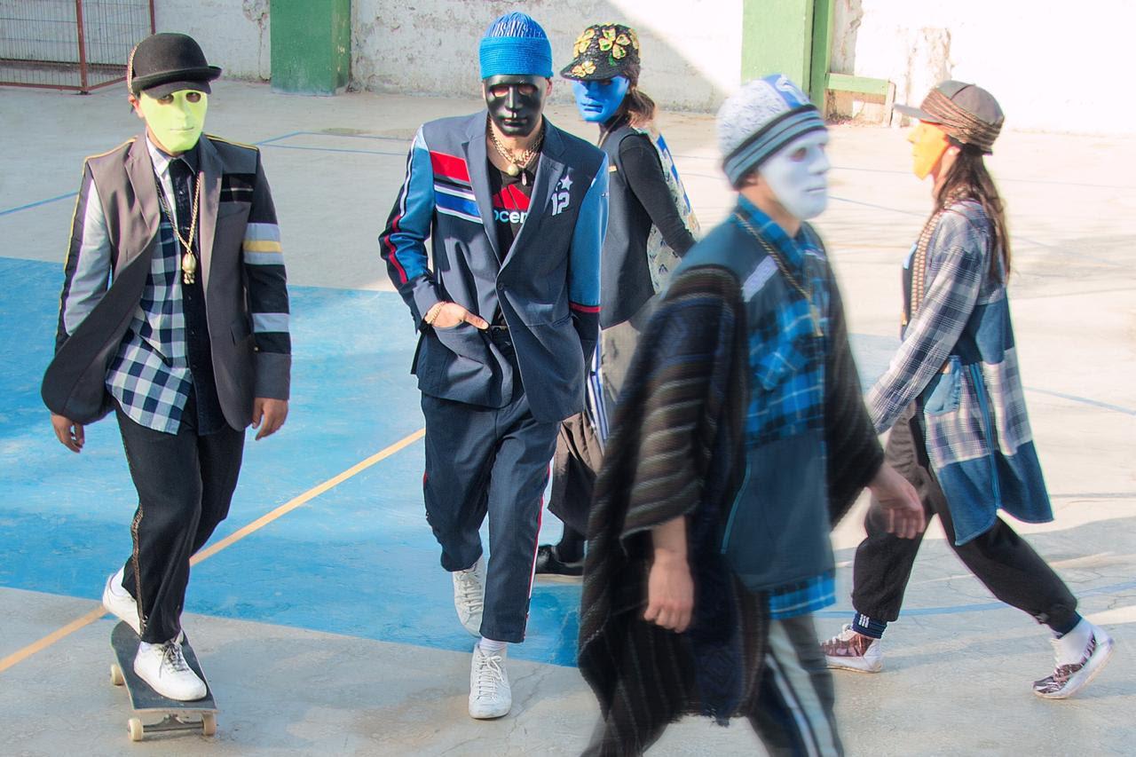 Enmascarados vestidos con trajes chaqueta pantalón de12Na Docena marca de indumentaria desde upcycling