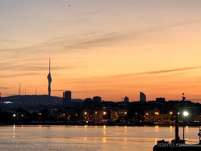 İstanbul'da Küçük Çamlıca Televizyon ve Radyo Kulesi Eşliğinde Gün Doğumu