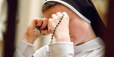 imagem rezando o rosário
