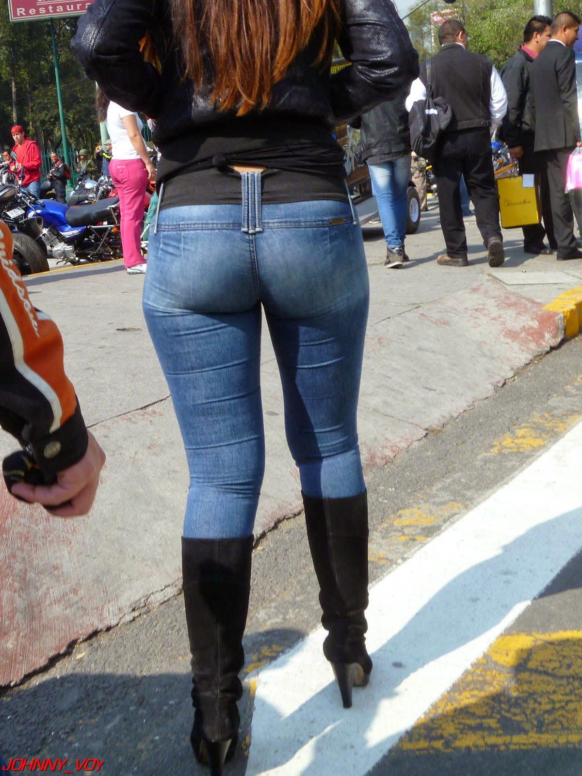 03 chica con pantalones ajustados y se le marca el culo - 1 part 7