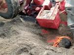MANDLA : रेत से भरा ट्रैक्टर पलटा मौके में एक की मौत