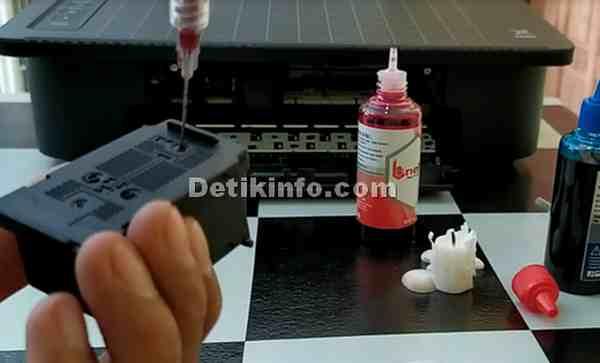 Menyuntik tinta warna ke cartridge canon