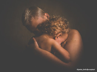 Padre e figlio in un abbraccio