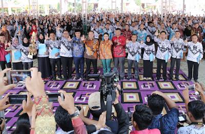 Tingkatkan Mutu Pendidik, Gubernur Ridho Berikan Insentif Guru Honor