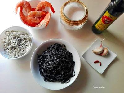 ingredientes para hacer espaguetis negros con gulas y langostinos