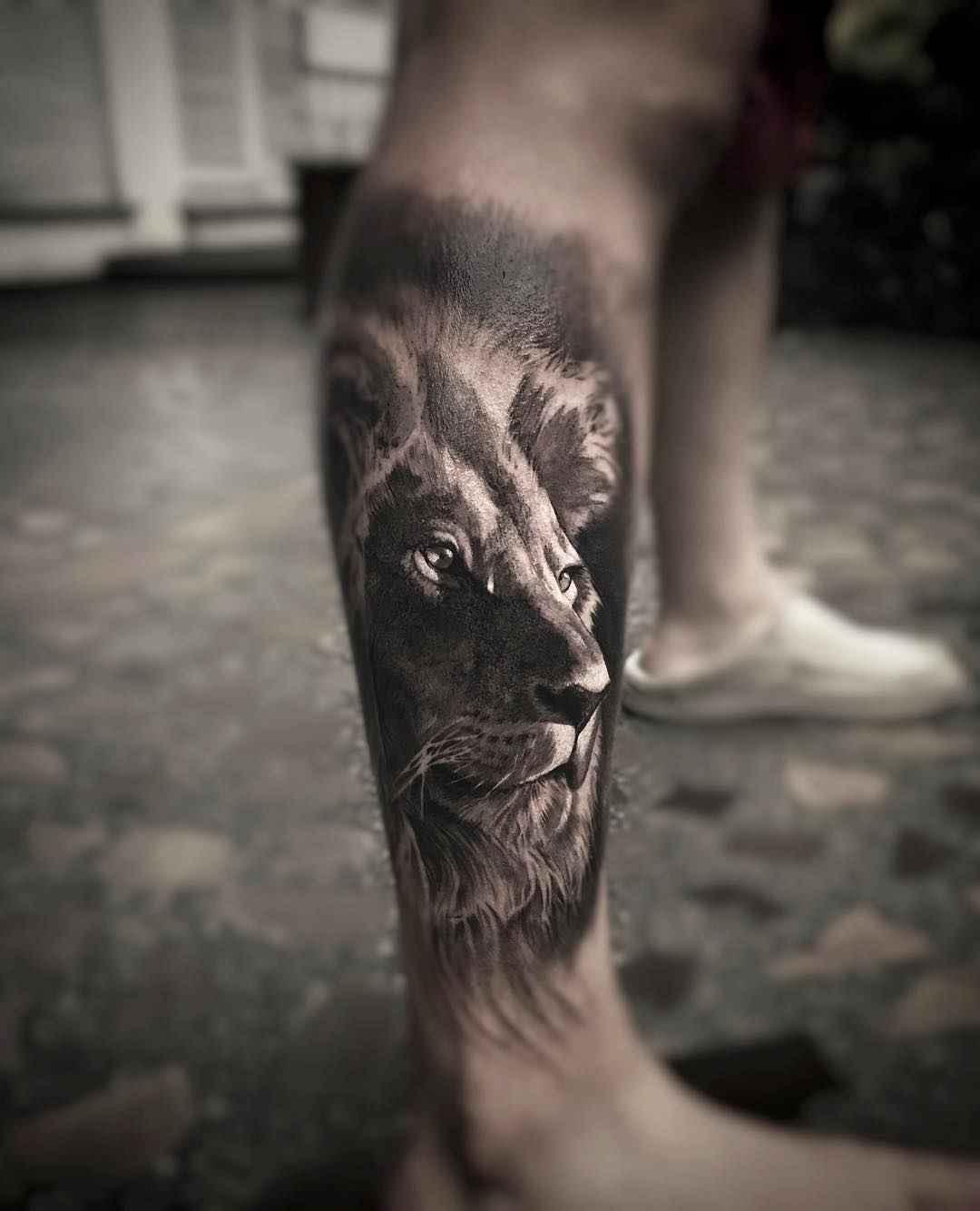 Vemos un tatuaje en blanco y negro de león