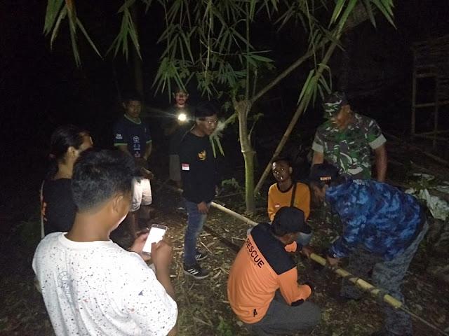 Babinsa Koramil  Wonosari Bantu Berantas Sarang Tawon Vespa