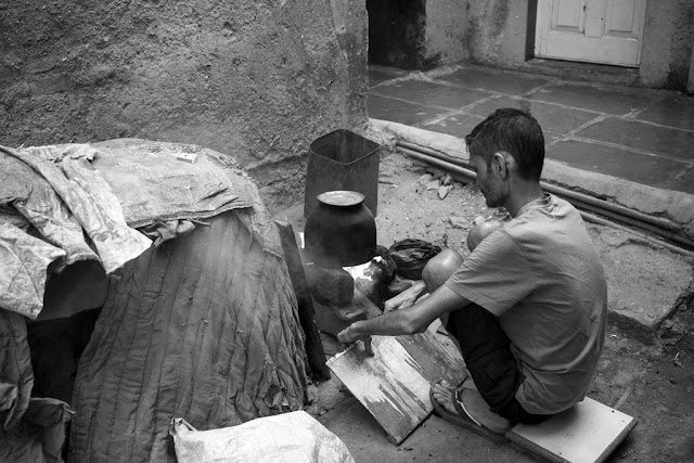 monochrome monday, black and white weekend, black and white, fanning, fire, boiling water, kumbharwada, dharavi, mumbai, india, street, street photography, streetphoto,