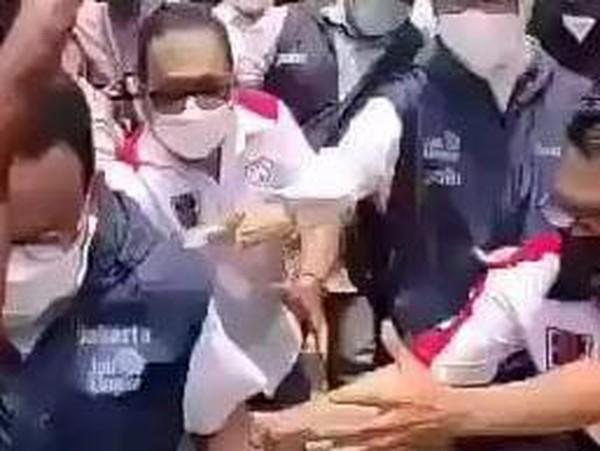 Viral Anies Terperosok ke Parit Saat Sapa Warga di Jakut