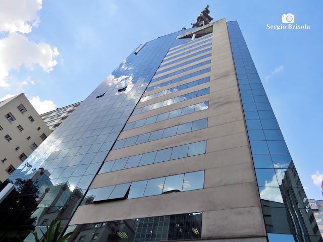 Perspectiva inferior da fachada do Edifício Trianon Corporate - Cerqueira César