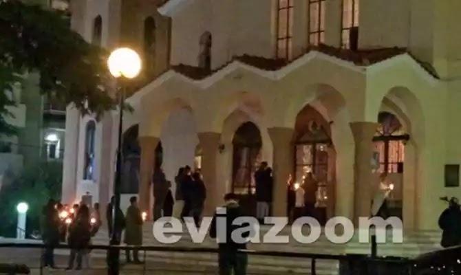 Χαλκίδα: Πιστοί αψήφησαν τα μέτρα και μαζεύτηκαν έξω από εκκλησία