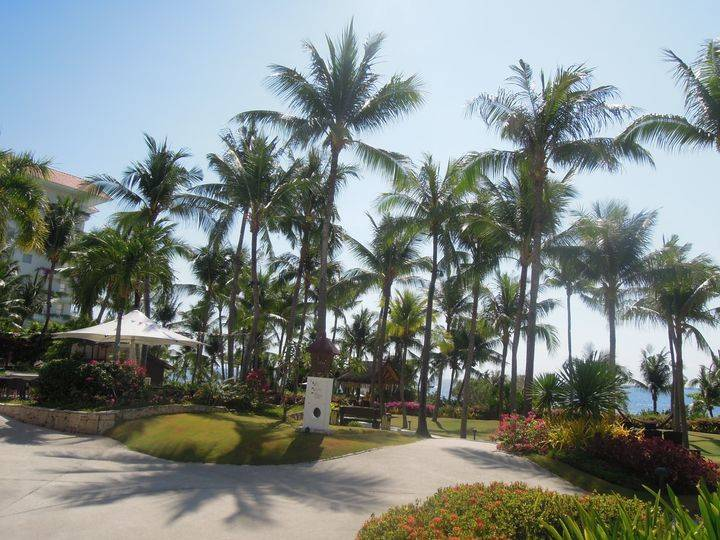 Manicured lawn of Shangri-La's Mactan Resort and Spa