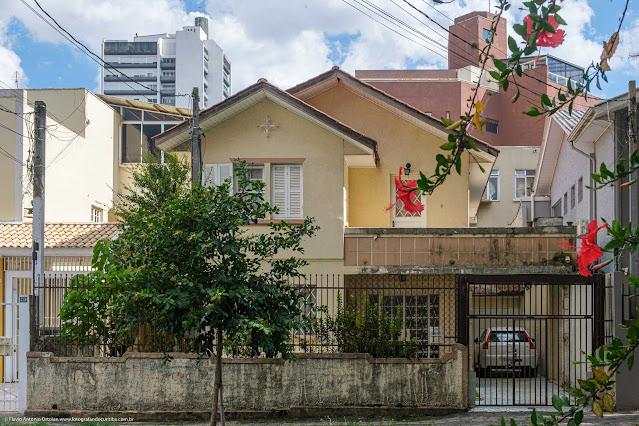Casa com ornamento de ferro na Rua Fernando Amaro