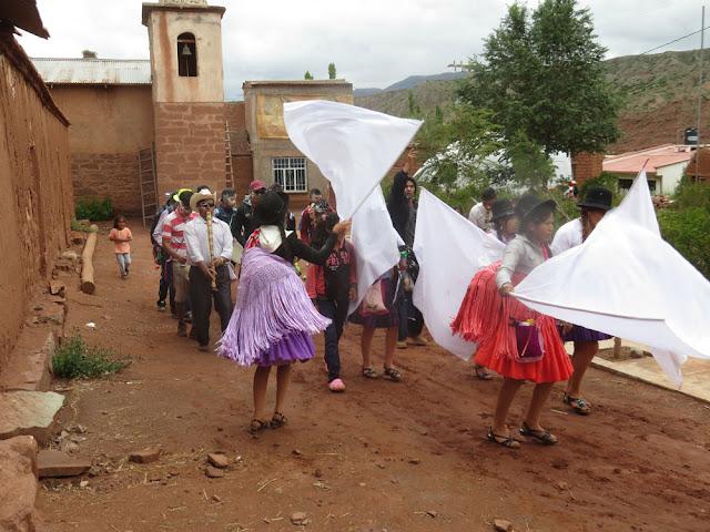 Weiße Fahnen zu Ehren der Pachamama sind typisch für unsere Gegend