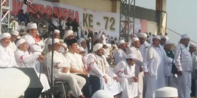 Pakai baju koko & peci hitam, Tommy Soeharto hadiri Milad FPI