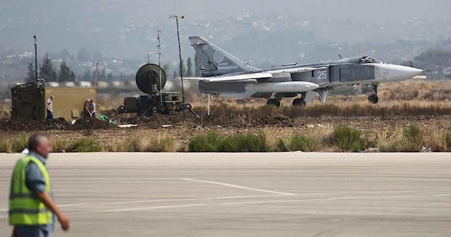 Um SU-24 M de fabricação russa partindo da base síria de Hmeymim, perto de Latakia, Síria.