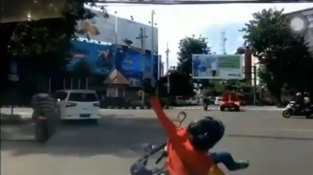Viral Mobil Sundul Motor Matic di Lampu Merah, Warganet Salahkan Ibu-Ibu