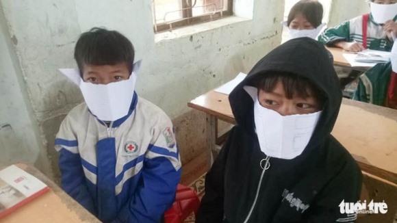 Học sinh miền núi đeo khẩu trang… bằng giấy phòng virus corona