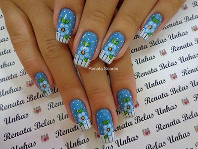 unhas decoradas com flores brancas e azuis