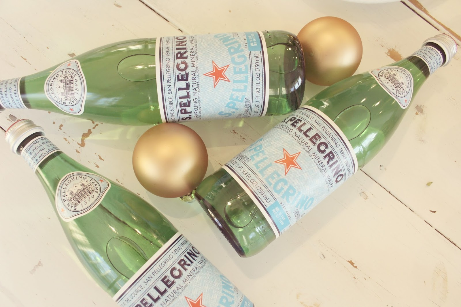 hellolovely-hello-lovely-studio-pellegrino-gold-christmas-bulbs