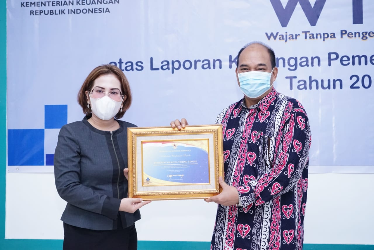 Walikota Tebingtinggi Menerima Piagam Penghargaan WTP Dari Kabid PAPK Kanwil DJPB Provinsi Sumut