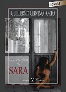 Portada del libro Los secretos de Sara, una chica morena sentada en el suelo mira fuera de campo, a los pies de una puerta gris