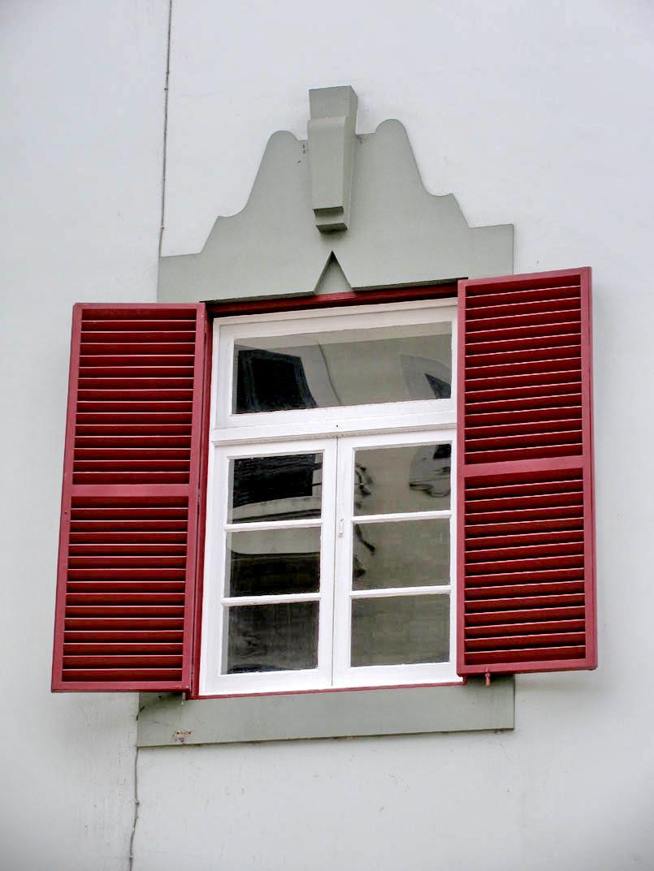 Fernão de Ornelas street window