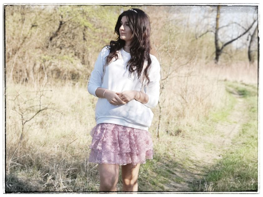 Lisa Mayo outfit post, spring inspiration, skirt, bluza rustic biała
