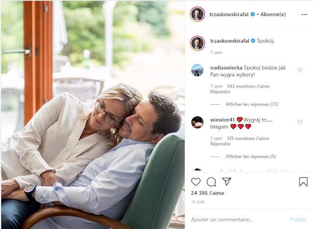 Rafał Trzaskowski siedzi z żoną na kolanach w fotelu w ich domu