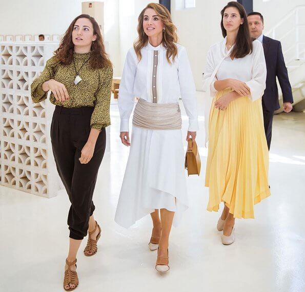 Queen Rania wore a white cotton and linen midi skirt by Loewe, and Maureen shoes by Malone Souliers. Scotria Power satchel